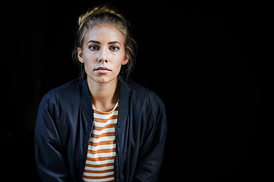 Portrait of a young woman in front of a black background - p300m2143652 by Jo Kirchherr