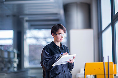 Female technician at work taking notes - p300m2155742 by Sigrid Gombert