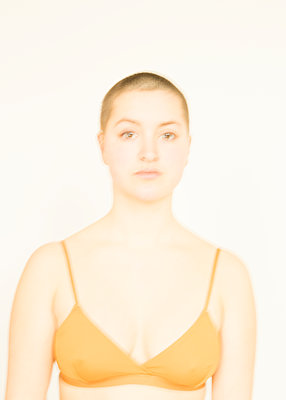 Woman in bra, portrait - p552m2157588 by Leander Hopf