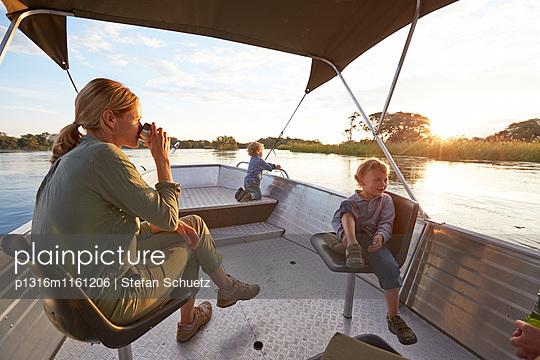 Familie bei einem Bootsausflug auf dem Kunene Fluss, Kaokoland, Namibia - p1316m1161206 von Stefan Schuetz