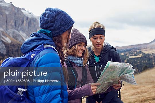 plainpicture - plainpicture p300m1562608 - Three young women hiking in... - plainpicture/Westend61/Philipp Nemenz