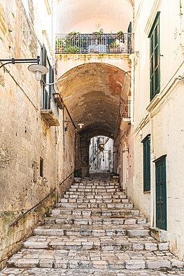 Italy, Basilicata, Matera, Old town, alley - p300m2059608 von William Perugini