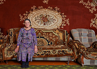 Alte Frau auf einem Sofa in Tschetschenien  - p390m1091732 von Frank Herfort