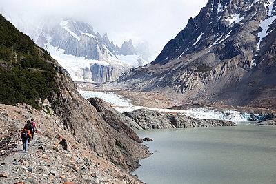 Wandergruppe wandert zu einem Gletscher - p8420016 von Renée Del Missier