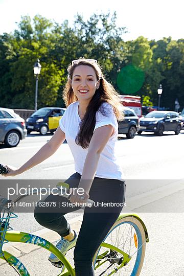 eine junge Frau fährt Fahrrad - p1146m1162875 von Stephanie Uhlenbrock
