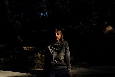 Frau in einem dunklen Park - p1363m2164017 von Valery Skurydin