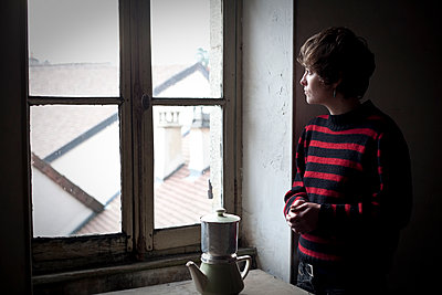Woman looking at the window and coffee maker - p1513m2043916 by ESTELLE FENECH