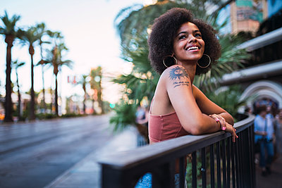 USA, Nevada, Las Vegas, portrait of happy young woman in the city - p300m2058943 by Kike Arnaiz