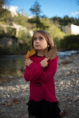 Mädchen mit Herbstlaub - p829m949332 von Régis Domergue