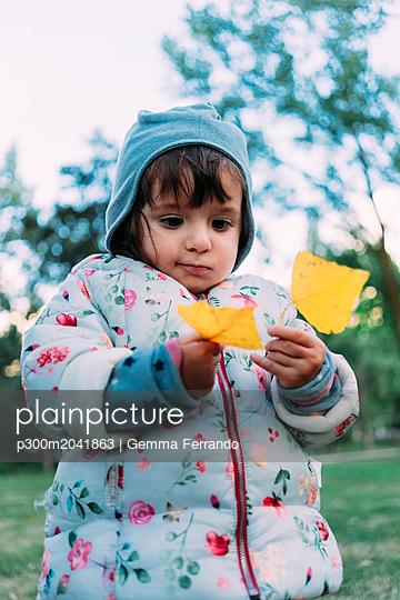 Portrait of fashionable little girl with yellow autumn leaves - p300m2041863 von Gemma Ferrando