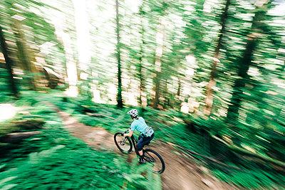 A female biker rides on a trail near Sandy, Oregon. - p1166m2171929 by Cavan Images