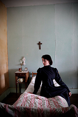 Woman in black dress on bed - p1521m2215034 by Charlotte Zobel