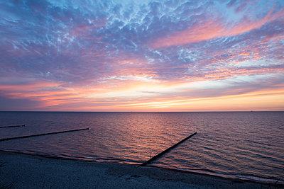 Germany, Mecklenburg-Vorpommern, Nienhagen, evening sky above the Baltic Sea - p300m1505380 by Wilfried Wirth