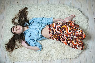 Frau liegt auf Boden - p427m902529 von R. Mohr