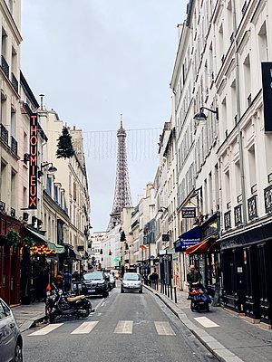 Street scene in Paris - p988m2073160 by Rachel Rebibo