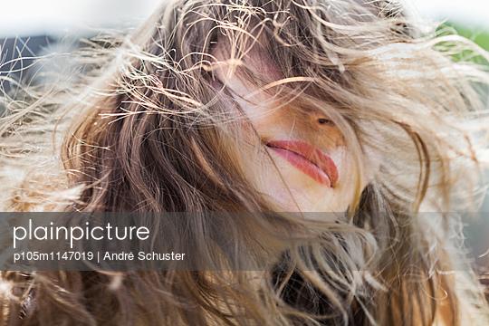 Portrait einer langhaarigen jungen Frau - p105m1147019 von André Schuster