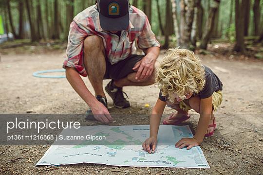 Vater und Sohn planen einen Trip - p1361m1216868 von Suzanne Gipson