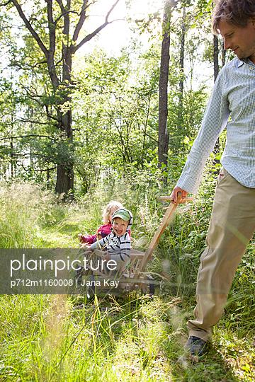Ausflug ins Grüne mit Bollerwagen - p712m1160008 von Jana Kay