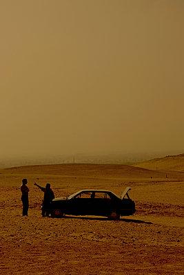 Two men in the desert, Egypt - p1028m1586926 by Jean Marmeisse