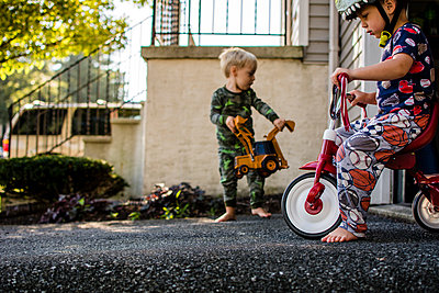 Brothers playing in backyard - p1166m1185968 by Cavan Images