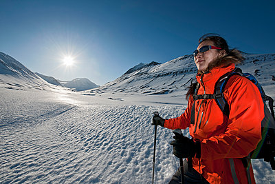woman hiking in the mountains of north Iceland in winter - p1166m2269481 by Cavan Images