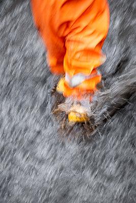 Toddler rushing through puddle - p1418m2216001 by Jan Håkan Dahlström