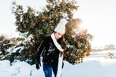 Madrid, Spain. Woman spending time in the snowy countryside in warm clothes. - p300m2286786 von Manu Reyes