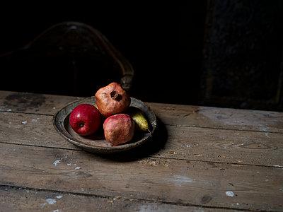 Obstteller auf einem Tisch - p945m1497404 von aurelia frey