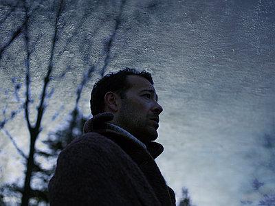 Man wearing coat, portrait - p945m2098792 by aurelia frey