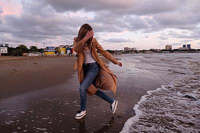 Junge Frau am Meer - p1363m2122465 von Valery Skurydin