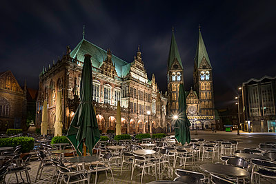 Germany, Bremen, view to townhall and Bremen Cathedral with sidewalk cafe in the foreground at night - p300m1053212f by Stefan Kunert
