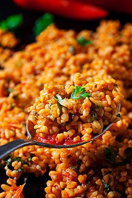 Spoon of bulgur wheat salad, close-up - p300m1567778 by Dieter Heinemann