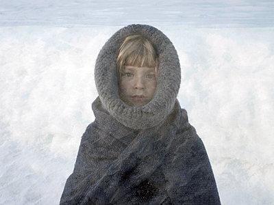 Kleines Mädchen in warmer Kleidung - p945m1444660 von aurelia frey
