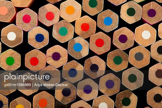 Viele Buntstifte - p451m1586889 von Anja Weber-Decker