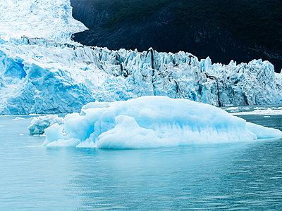 Argentina, Patagonia, El Calafate, Puerto Bandera, Lago Argentino, Parque Nacional Los Glaciares, Estancia Cristina, Spegazzini Glacier, iceberg - p300m1588100 von Martin Moxter