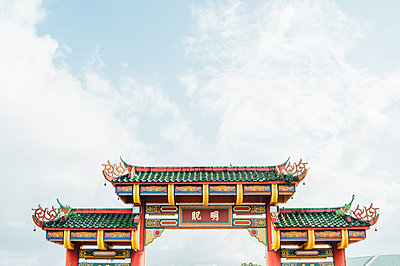 Malaysia, Low angle view of paifang gate standing against sky - p300m2180848 by Jose Luis CARRASCOSA