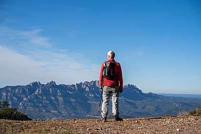 Parc Natural de Sant Llorenç, Montserrat, Catalonia, Spai. Mature man hiking in nature during a sunny day. Nature, outdoors, outdoor therapy, forest bath, forest, mountain, hiking, senior, mature, active senior, freedom - p300m2250152 von VITTA GALLERY