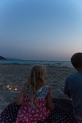 Enjoying the evening at the beach - p454m2163850 by Lubitz + Dorner