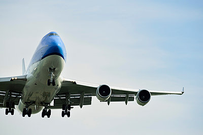 Low angle view of airplane taking off, Schiphol, North Holland, Netherlands, Europe - p924m1480627 by Mischa Keijser
