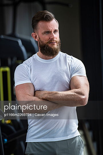 personal trainer with beard at gym in Bangkok - p1166m2269724 by Cavan Images
