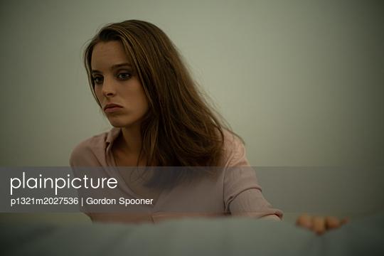 Traurige junge Frau - p1321m2027536 von Gordon Spooner