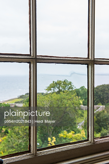 Fenster zum Meer - p954m2021843 von Heidi Mayer