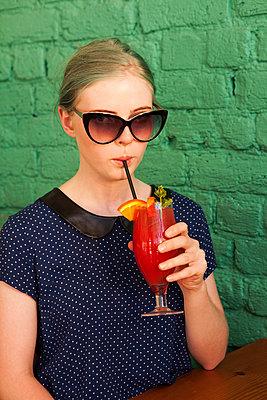Mondäne Schönheit trinkt Cocktail - p045m1223068 von Jasmin Sander