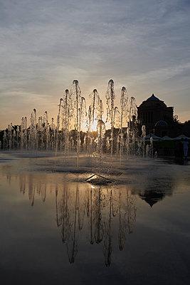 Springbrunnen vor einem Nebengebäude des Emirates Palace Hotel - p1164m2108920 von Uwe Schinkel