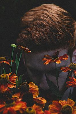 Mann im Blumenfeld - p1491m1582675 von Jessica Prautzsch