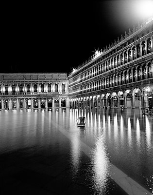 Markusplatz bei Hochwasser (Acqua Alta), Venedig - p1493m1585670 von Alexander Mertsch