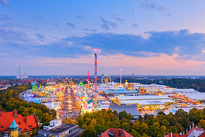 Germany, Bavaria, Munich, View of Oktoberfest fair on Theresienwiese in the evening - p300m1535735 by Martin Siepmann