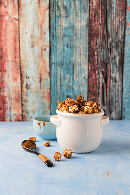 Caramel popcorn in bowl - p300m1581417 by Mandy Reschke
