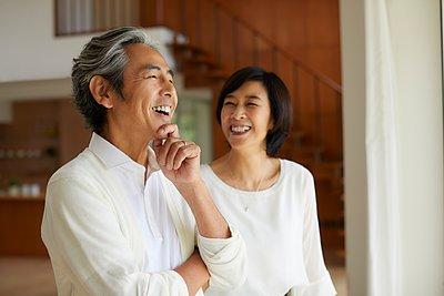 Senior Japanese couple at home - p307m2135297 by Yosuke Tanaka