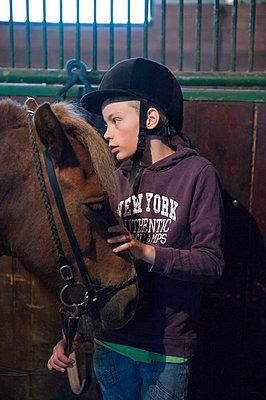 Mädchen mit Pferd im Stall - p896m834609 von Sabine Joosten